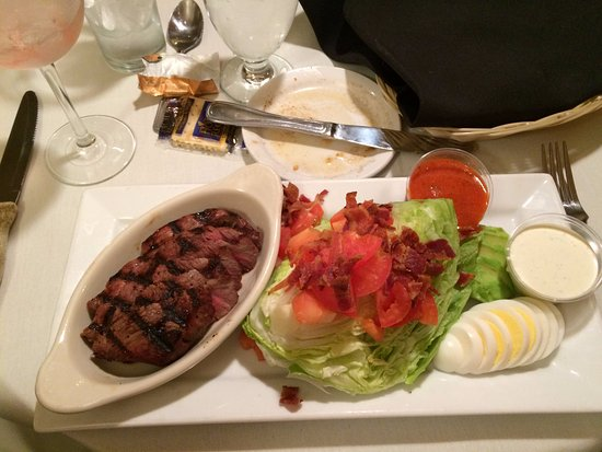 Hollister, Kalifornia: The Cobb salad with sliced beef and hold the crumbles.