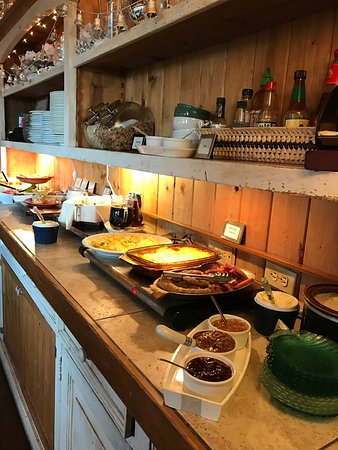 The Elk Cove Inn & Spa: Beautiful quiet cute little Inn.  Breakfast is a beautiful spread.  Room is clean and appropriat
