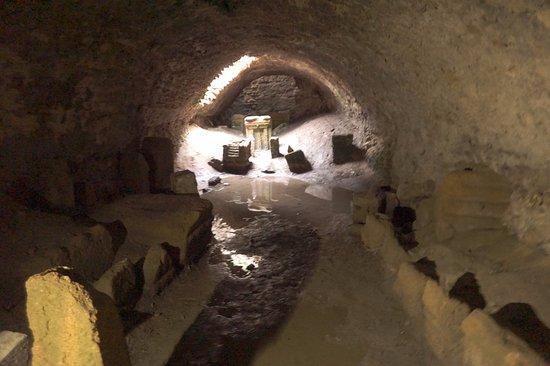 Cartagine, Tunisia: Subterranean 'grave' of crypt markers.