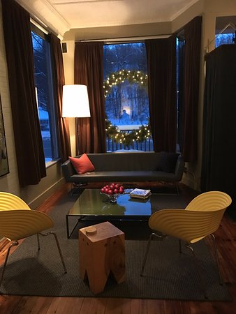 Sharon Springs, NY: 204 Main sitting area at front of dining room. Hip-cool yet comfy/NN