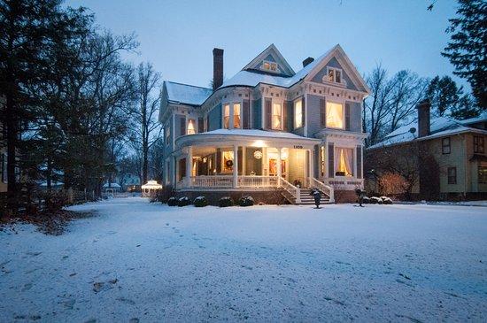 Jacksonville, IL: Beautiful snowy inn.