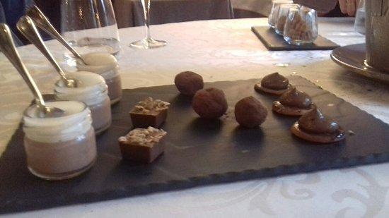 Velluire, Frankrike: gourmandises servies avec le café