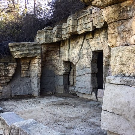 Beverly Hills, Kaliforniya: When hiking Griffith Park in L.A., walk through the abandoned zoo near our current L.A. Zoo.