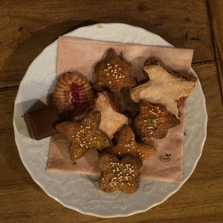 Alpin Hotel: Homemade Christmas cookies in the lobby!