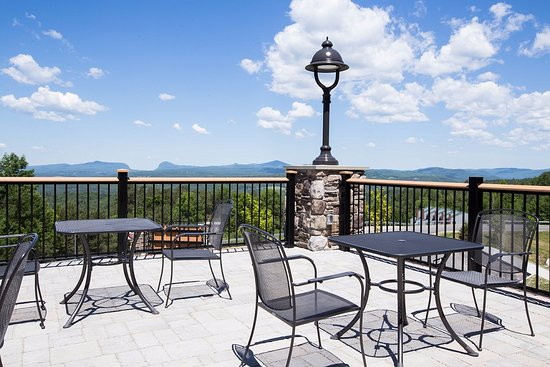 Burke Mountain Hotel & Conference Center: Day Lodge deck over looking Willoughby Gap