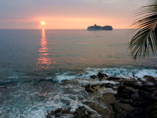 Hale Kona Kai Condominiums: Sunset Room 405; cruise ships are infrequent