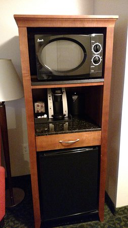 Hilton Garden Inn Savannah Historic District: Microwave, Keurig, and refrigerator