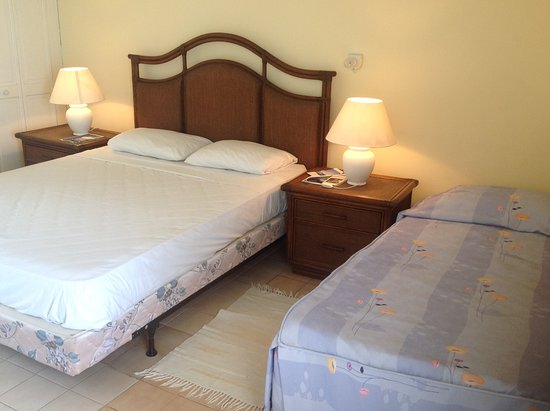Kings Landing Hotel: Double bed & extra bed