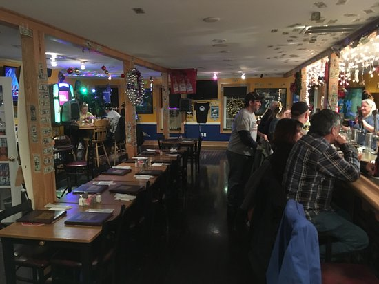 Berkeley Springs, WV: Mountaineer's Sports Bar & Grill