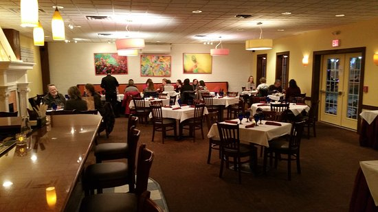 Bedford, MA: Clean restaurant, with lots of happy folks enjoying dinner!