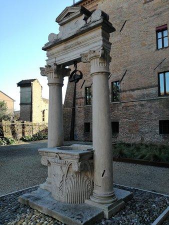 Palazzo di Ludovico il Moro (Palazzo Costabili) : Pozzo