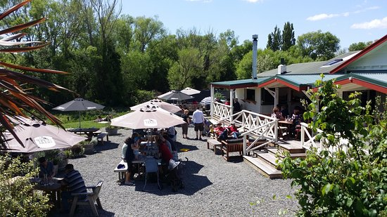 Carterton, New Zealand: riverside garden dining