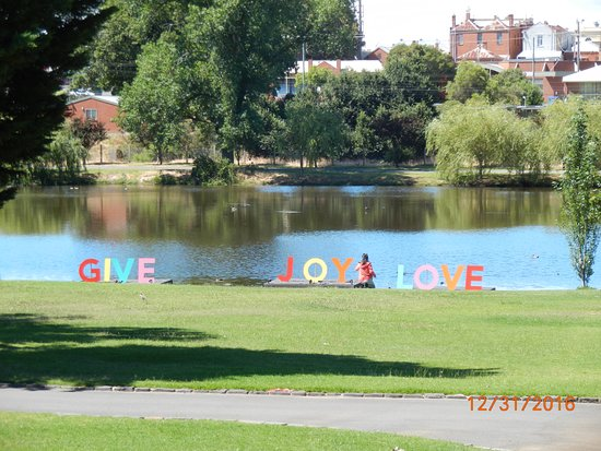 Ararat, ออสเตรเลีย: The lake in Alexandra Gardens with its Christmas message.