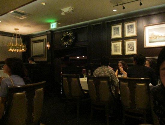 Hy's Steak House - Waikiki: 店内の雰囲気 照明は落とし気味