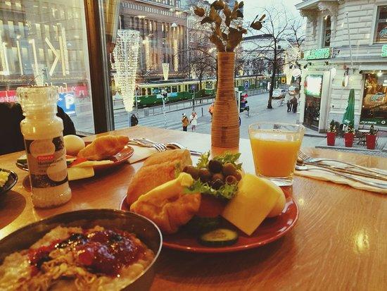 Hotelli Finn: aamiainen viereisessä ravintola Kiila,johon sai alennusta
