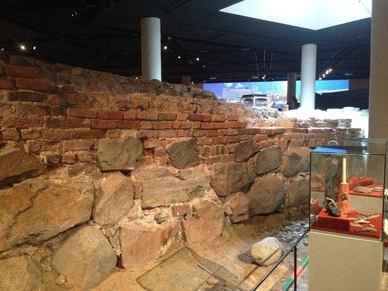 Stockholms medeltidsmuseum (Stockholmer Mittelaltermuseum): Die gefundene Stadtmauer