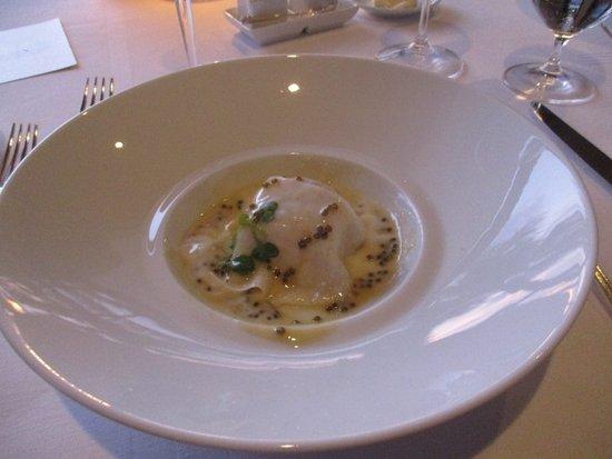 La Mer -  L'Aperitif: パイナップルをラビオリで包んだ料理
