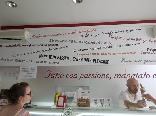 Il Gelato di Claudio Torce : The owner micro-managing the gelateria and serving locals and tourists