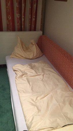Bergheim, Österreich: 3-Bett Zimmer bezahlt, 2 Betten und eine harte Liege bekommen