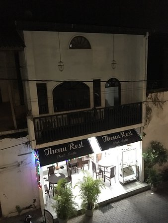 Thenu Rest Guest House: Night time view from the cannon bar and grill balcony