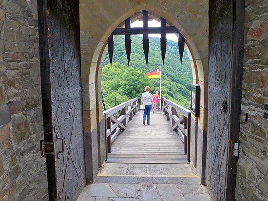 Alken, Germania: Brücke und Eingangstor zur Burg