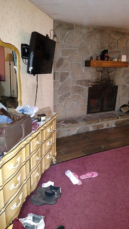 Brookside Resort: Ugly furnishings but pretty fireplace