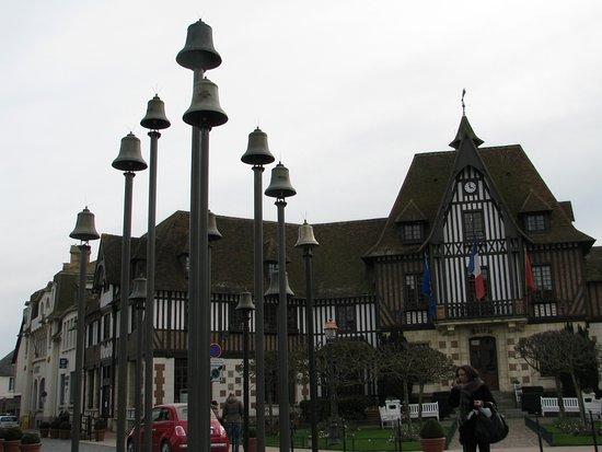 Carillon de 12 cloches place de l 39 h tel de ville photo de office de tourisme intercommunal de - Deauville office de tourisme ...