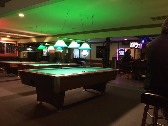 Genial The Pub At Pipers Creek: Pool Tables In Center Area