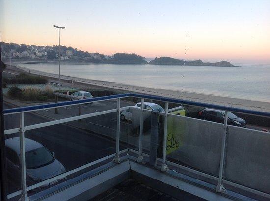 Hotel de la Plage d'Erquy: Balcon et situation de la circulation
