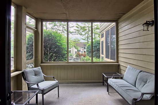 Pointes North Inn: Screened in patio of a one bedrooms suite