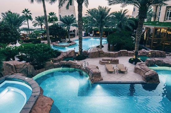 Four Seasons Hotel Doha: プールは大小5個ほどあります