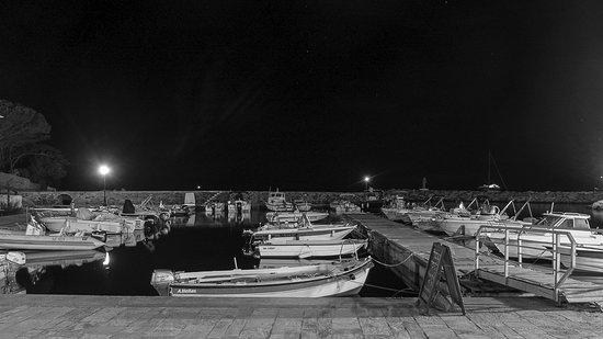 Ersa, França: Vue de nuit du restaurant sur le port.