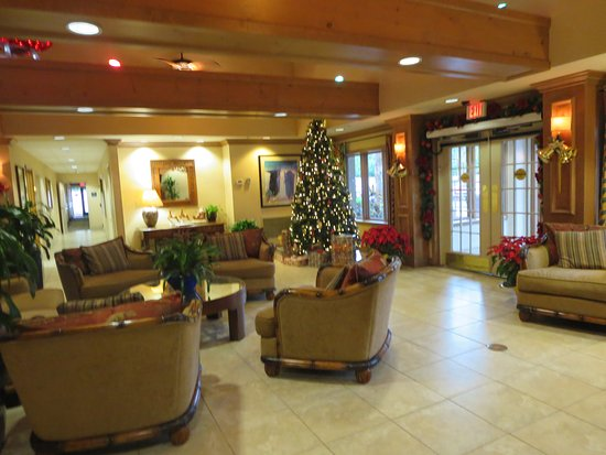 Homewood Suites by Hilton Fort Myers: Lobby, decorated for the holidays