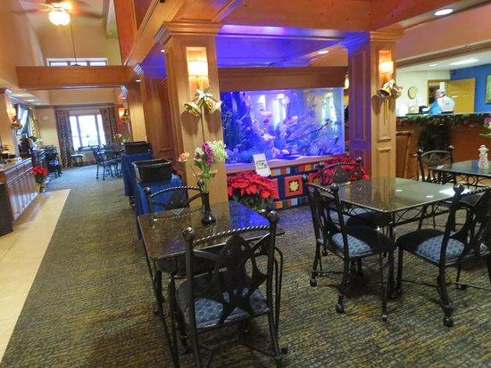 Homewood Suites by Hilton Fort Myers: There is a fish tank in the lobby