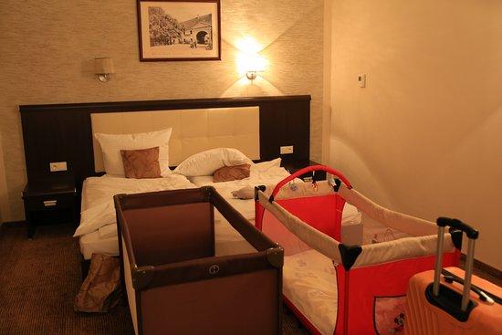 Hotel Trzebnica: Pokój i łóżeczka dziecięce