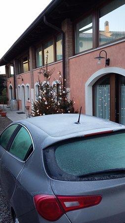 Corte Belvedere: l'ingresso della camera ( dietro l'auto)