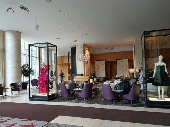 Shangri-La Hotel Toronto: Nice spacious lobby