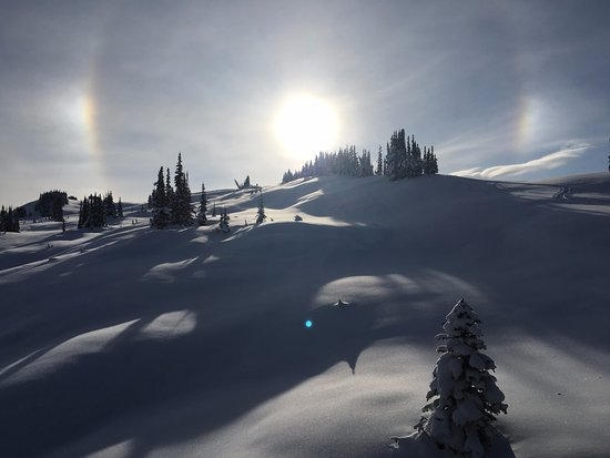 ‪‪Purcell Mountain Lodge‬: Sun dogs and deep snow‬