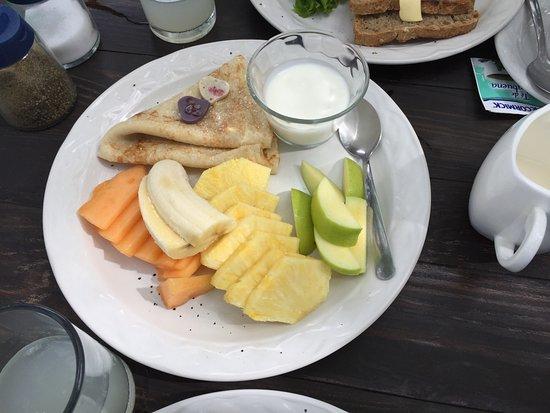 Azafran Restaurant: Fruit and Crepe