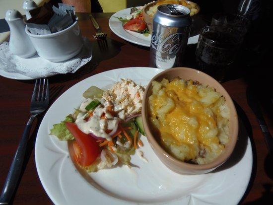 Caherdaniel, Ireland: Shepherd's pie & salad at Scarriff Inn Restaurant along the Ring of Kerry Road