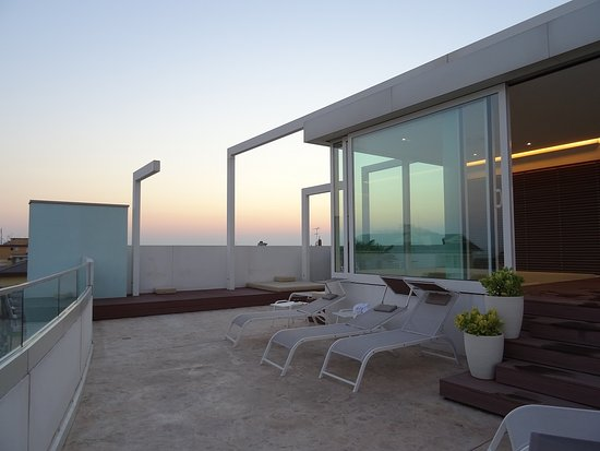 Hotel & Residence Il Teatro: Liegestühle am Pool
