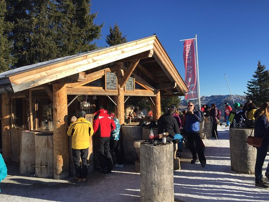 Wildschonau, Austria: Great Atmosphere at the bar on top of the Schatzbergbahn!