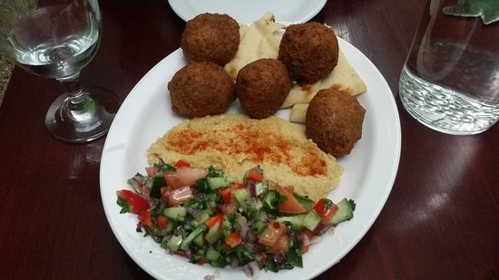 Owen Sound, Canadá: Falafel appetizer with hummus, naan and Israeli salad.
