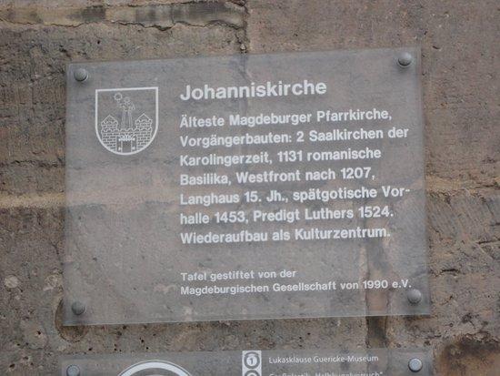 Johanniskirche Magdeburg: 教会の入口近くにある、教会の説明