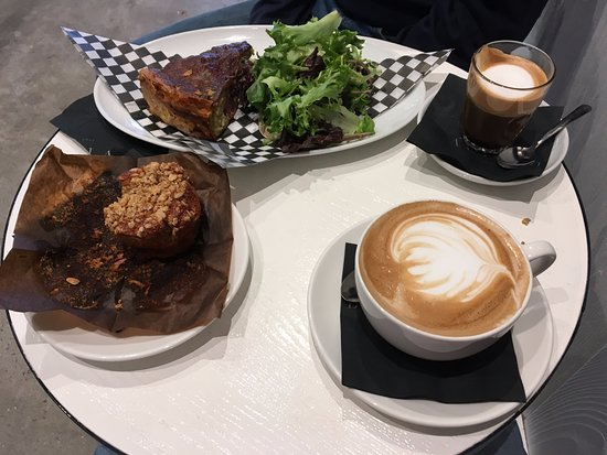 Chez Boulay-comptoir boréal: Muffin, cappucino, quiche and macchiato