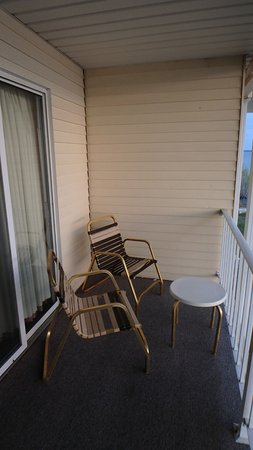 Quality Inn Lakefront: Sunlit Balcony Chairs