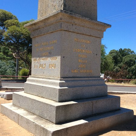 Castlemaine, Australia: The stone memorial on top of a small hill.