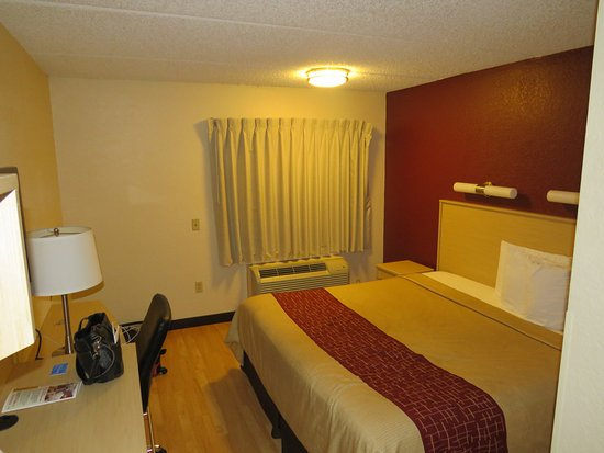 Red Roof PLUS+ West Palm Beach: King bed, room 243