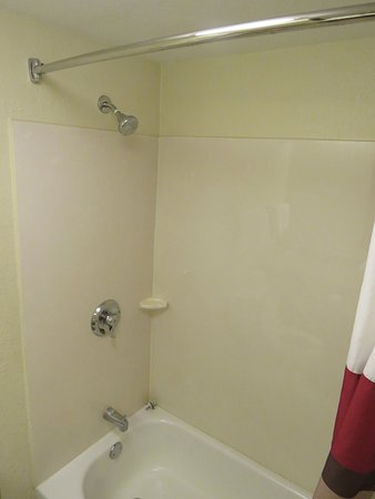Red Roof PLUS+ West Palm Beach: Room 243 shower & tub