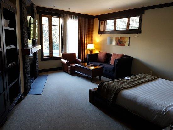 Nita Lake Lodge: lake view studio room